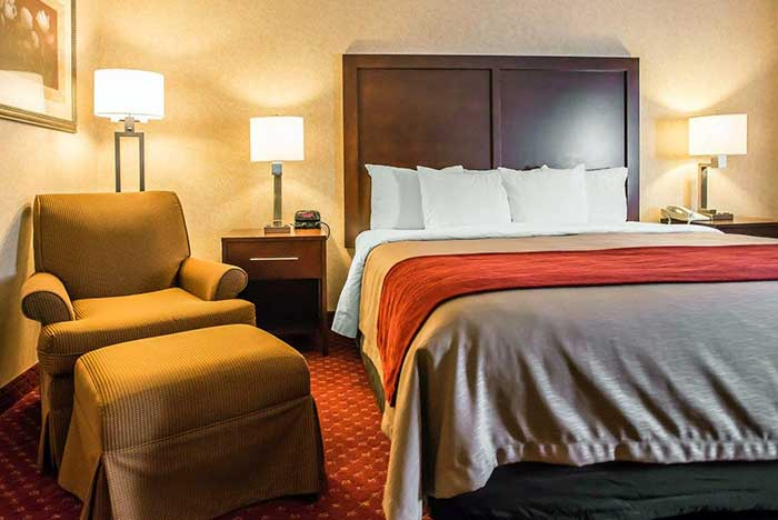 Comfort-Inn-Pocono-Lakes-guest-room-bed