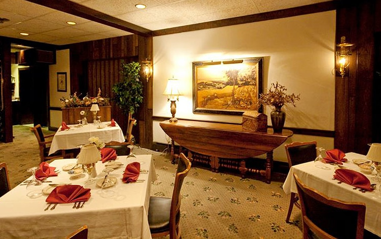 Crescent-Lodge-Restaurant-dining-room