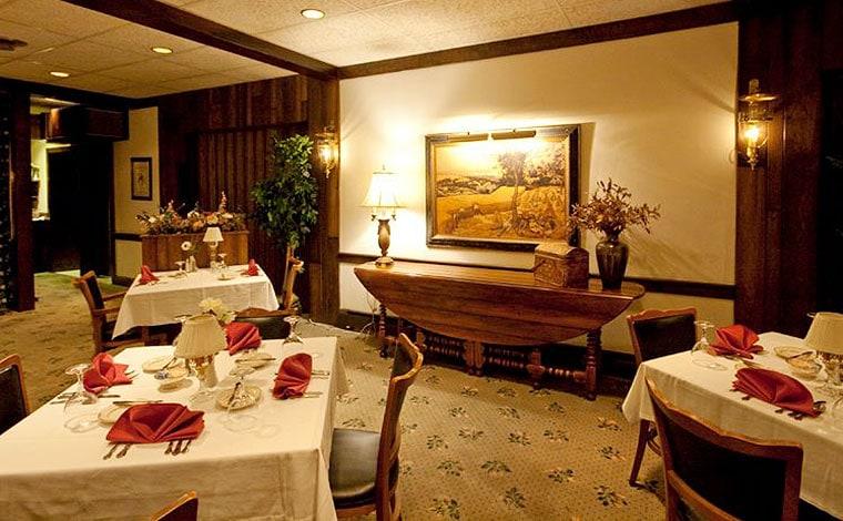 Crescent-Lodge-Restaurant-dining-room