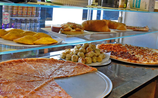 Guiseppe's-Pizzeria-209-pizza-counter