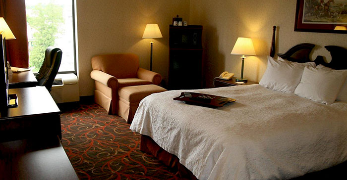 Hampton-Inn-Stroudsburg_Poconos-guest-room