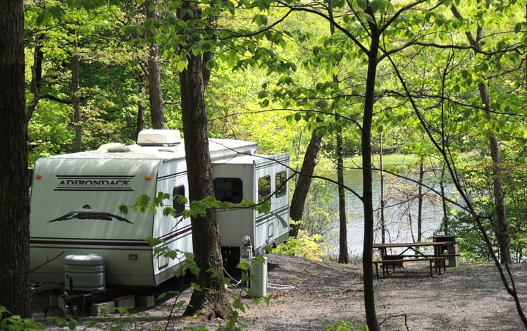 Scotrun-RV-Resort-rvs-on-lake-with-picnic-table
