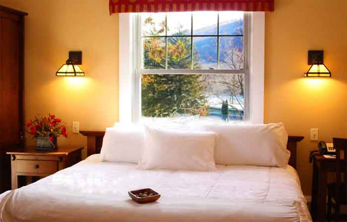 Shawnee-Inn-and-Golf-Resort-cottage-guest-room-yellow