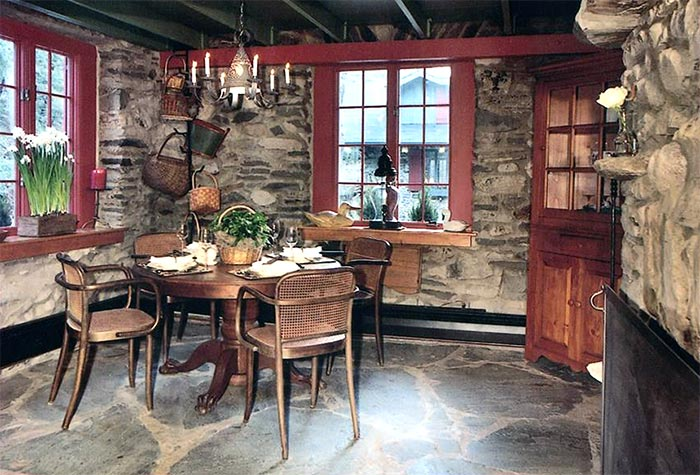 The-Governor's-Retreat-cottage-dining-area