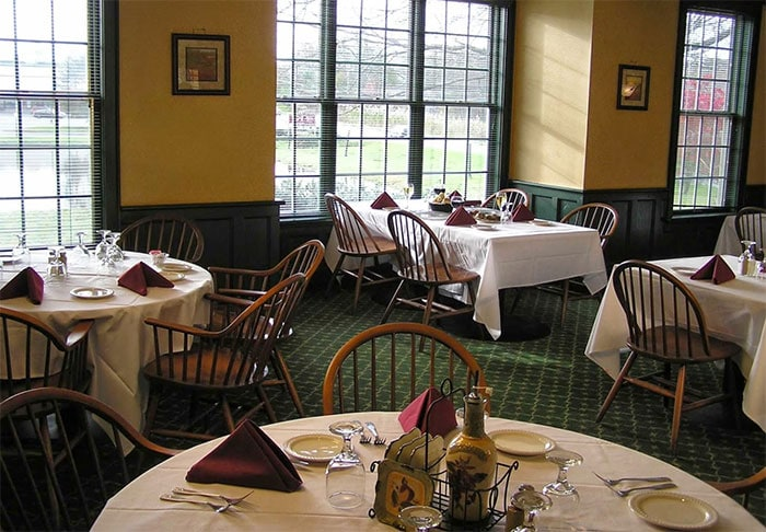 big-a-grillehouse-dining-room-windows