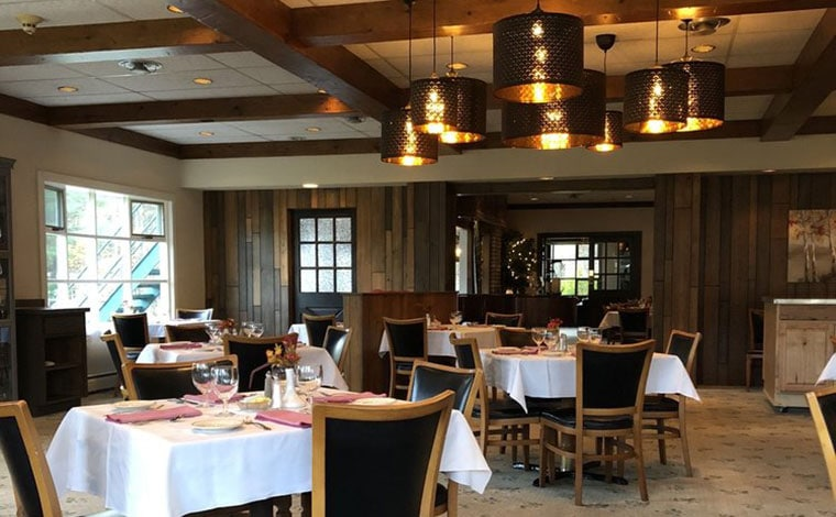 crescent-lodge-restaurant-dining-room-and-chandelier