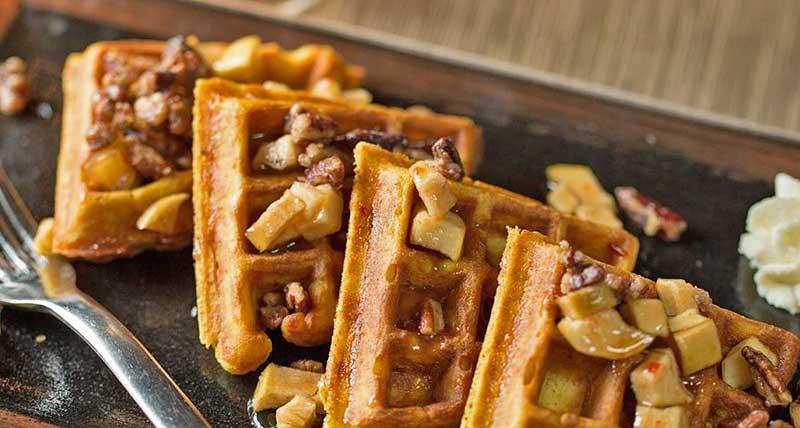 dining-room-at-settlers-inn-brunch-waffles