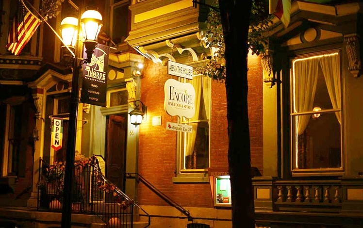 encore-fine-foods-and-spirits-exterior-building-lamposts