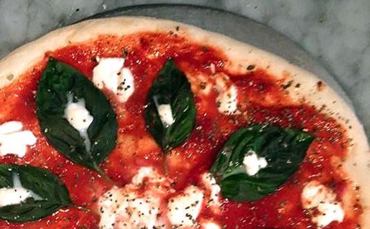 joe-and-lorenzos-pizza-hawley-margherita-pizza
