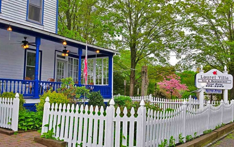 laurel-villa-country-inn-picket-fence-and-sign