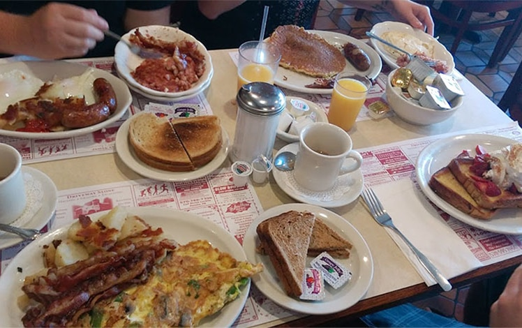 mountainhome-diner-table-of-breakfasts