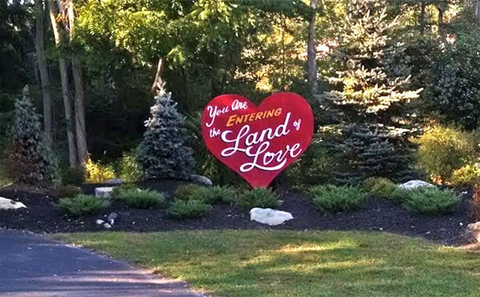 pocono-palace-resort-land-of-love-sign