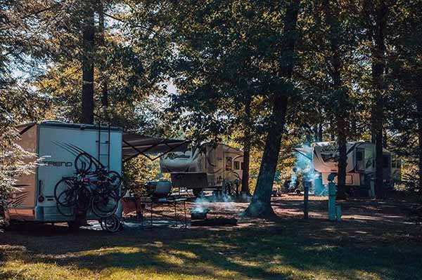 river-beach-campground-rvs-under-the-trees