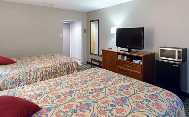 rodeway-inn-milford-guest-room-two-beds