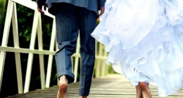 shawnee-inn-wedding-couple-on-bridge-shoeless