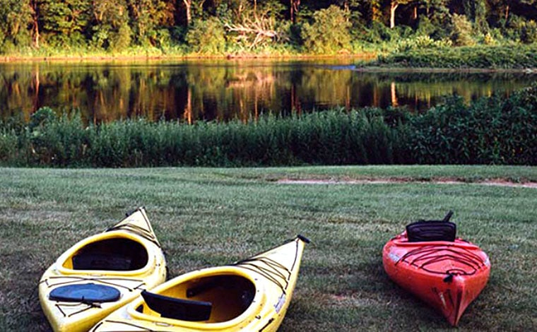 shawnee-river-trips-kayaks-on-the-shore-