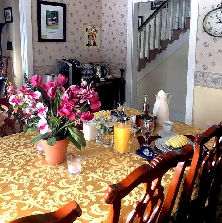 stone-lake-inn B&B-breakfast-in-dining-room