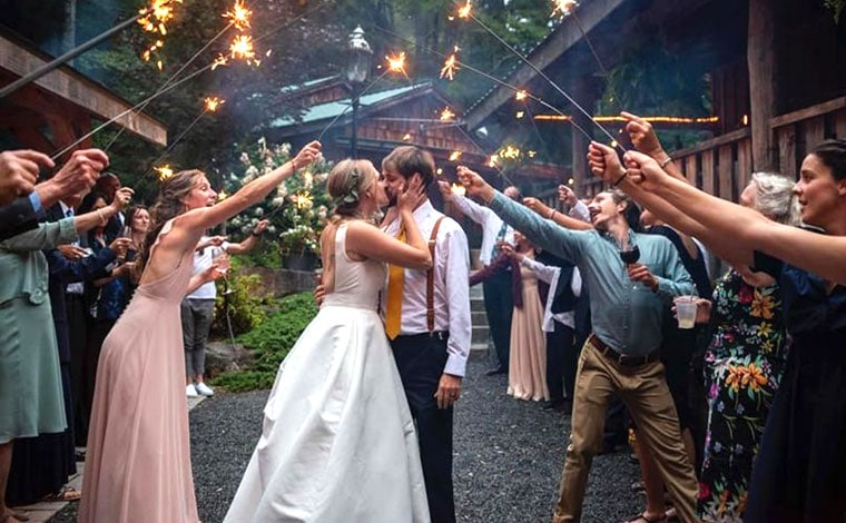 tall-timber-barn-couple-sendoff-with-sparklers