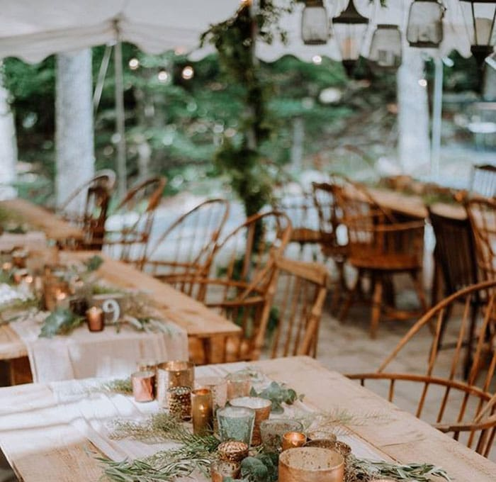 tall-timber-barn-wedding-table in daytime
