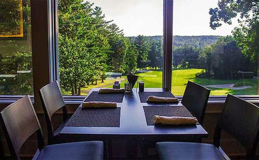 the-overlook-restaurant-table-overlooks-golf-course