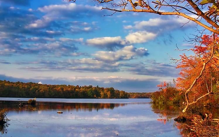 tobyhanna-state-park-lake-in-the-autumn