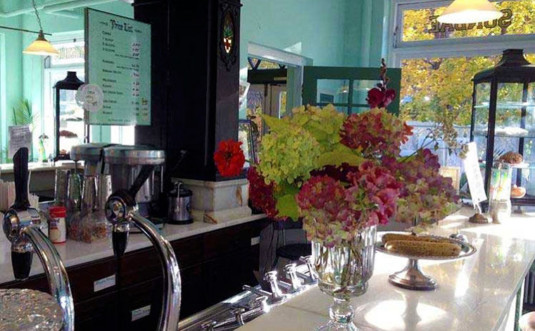 zoes-ice-cream-emporium-counter-and-flowers
